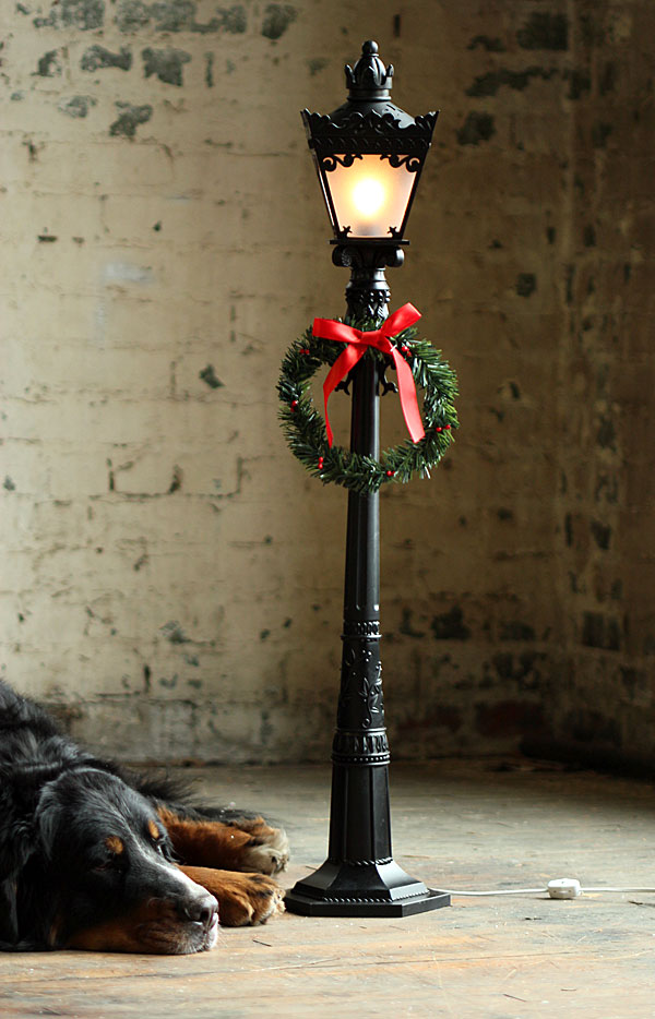 72 Inch Black Electric Street Lamp Including Wreath